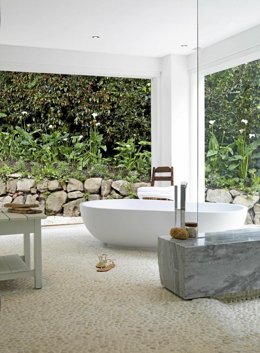 REN FRYD: Baderomsveggene er laget av skyvedører. De kan trekkes helt ut til sidene for dem som ønsker en dusj i det fri. Benken til høyre er i massiv, blåskimret marmor, mens gulvet består av innstøpt sten.