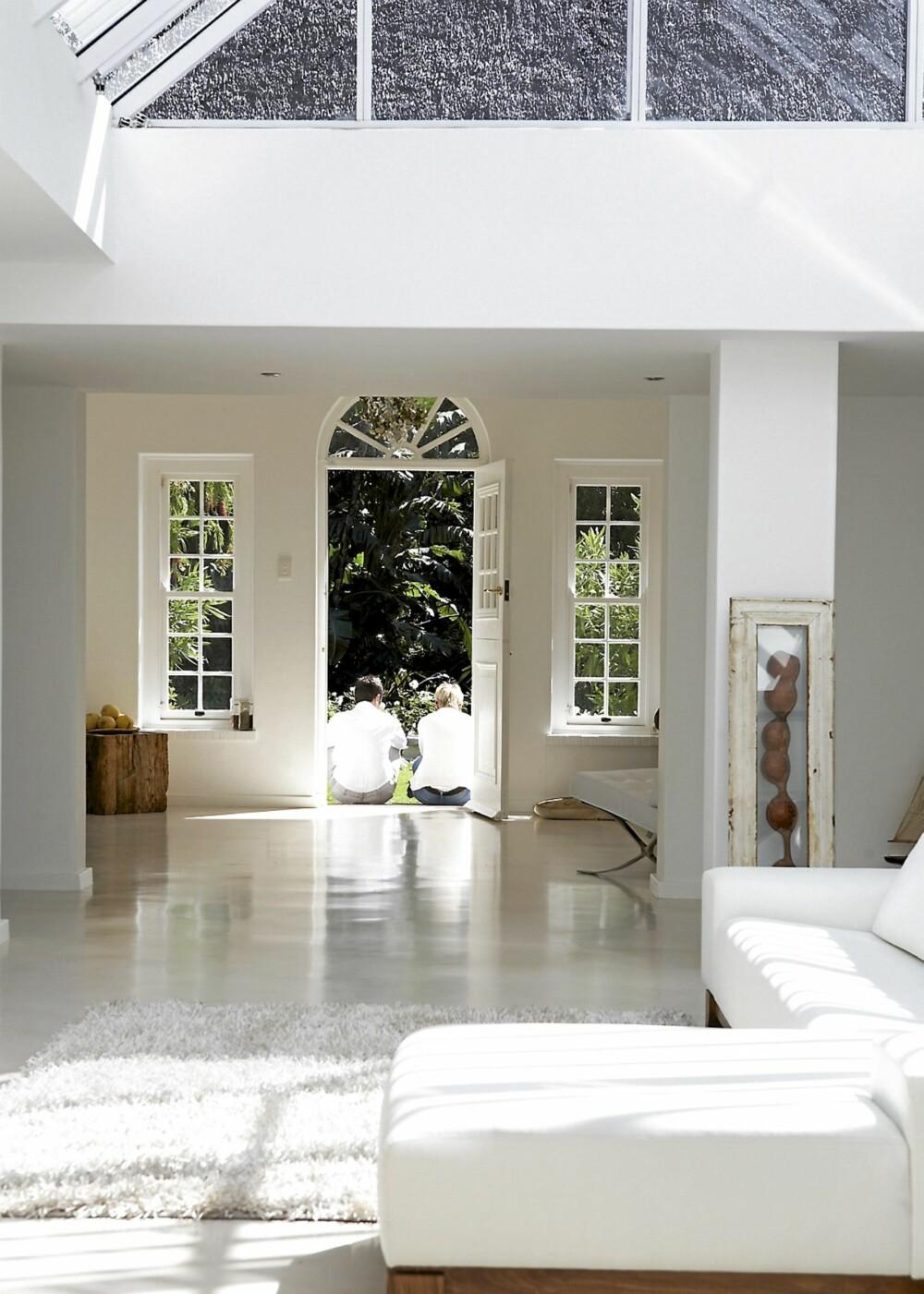 HVITT I VARIASJON: Hele huset er malt eller vasket hvitt. Glansforskjeller skaper likevel spennende kontraster, slik som det isblanke gulvets kulde mot veggenes matte glød.