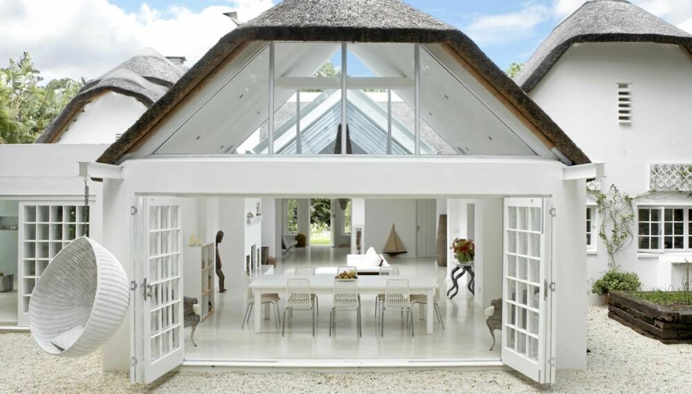 HVIT LYSOASE: Hele boflaten er dominert av skråtaket av glass. Det er installert automatisk lysskjerming over det hele. Den enorme peisen i stuen er i hvitvasket teglsten. Betonggulvet er malt i hvit høyglans. Et godt alternativ er terrazzo-fliser. De er basert på polert helstøpt betong, noe som gir gulvet et ekstra elegant utseende.