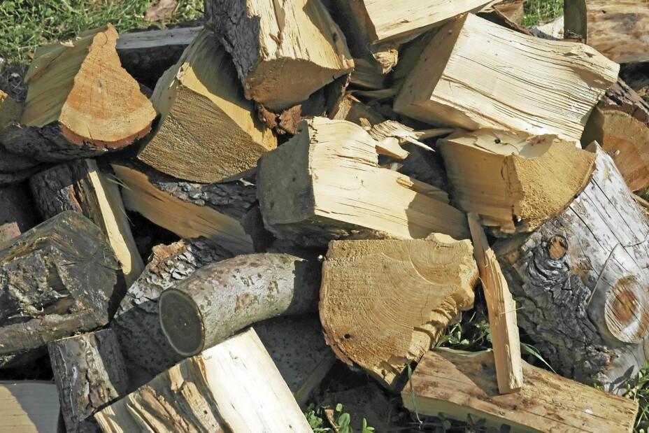 GROVE KUBBER: Husk å hugge eller tilvirke lettere opptenningsved i tillegg til de grove vedskiene.