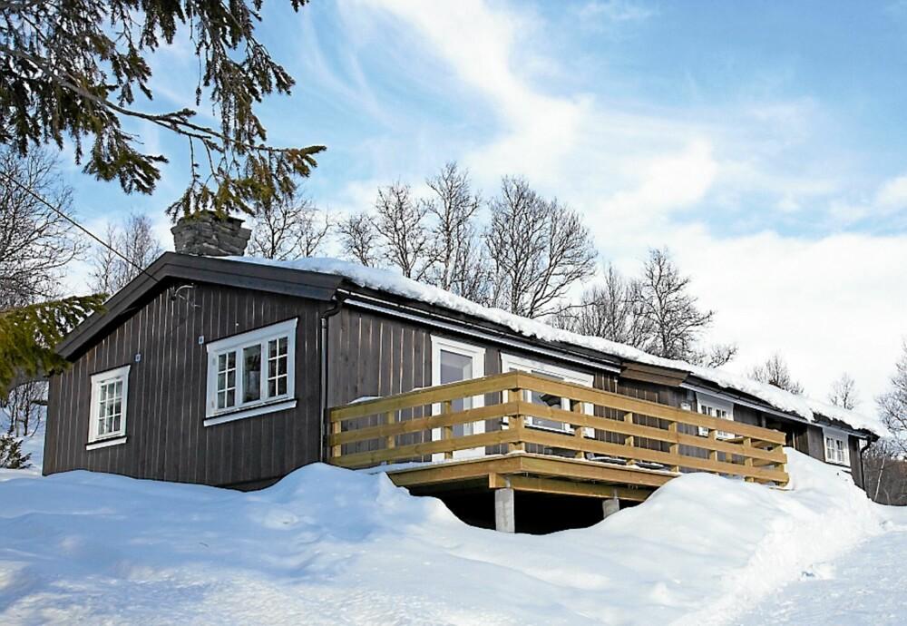 IDYLLISK: Hytta ligger flott til med gode skiløyper i området og vakker utsikt over fjellheimen.