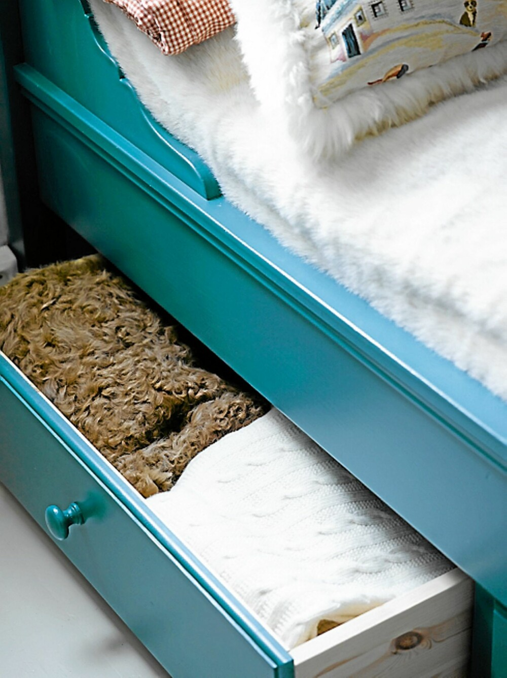 OPPBEVARING: Sengen på barneværelset har praktiske oppbevaringsskuffer til sengetøy og klær.