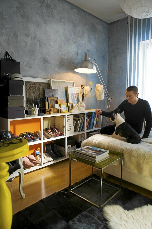 GRÅ VEGG: Boris Praskac, interiørarkitekt og medeier i butikken Eske i Oslo, har valgt en grå vegg i stua, og frisker opp med fargeklatter i gult.