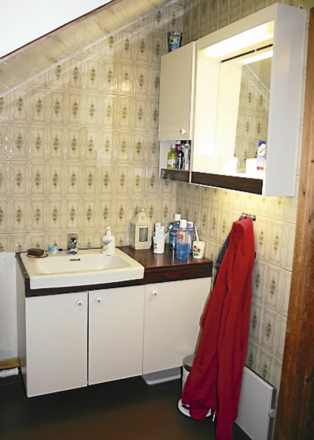 BRUNT OG GRØNT: Det gamle badet hadde fliser i beige, grønt og brunt. Gulvet hadde mørkebrunt vinylbelegg og taket var belagt med blanke, hvite plater.