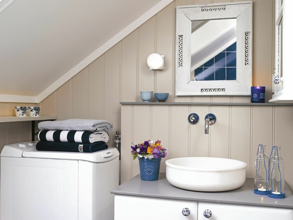 MARITIMT: Lys beige, hvitt og blått er de gjennomgående fargene på det nyoppussede badet.