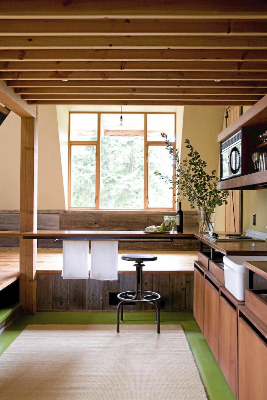 GAMMELT GJERDE: Panelbordene som står loddrett langs gulvet stammer fra et gammelt gjerde som gikk rundt tomten.