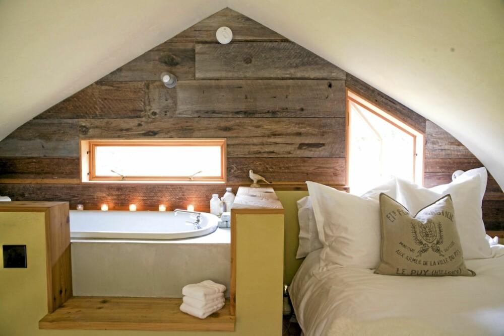 GAMLE VEGGER: I sovesalen har de gamle ytterveggene til låven blitt lagt horisontalt for å fremheve de gamle materialene som rammer inn rommet