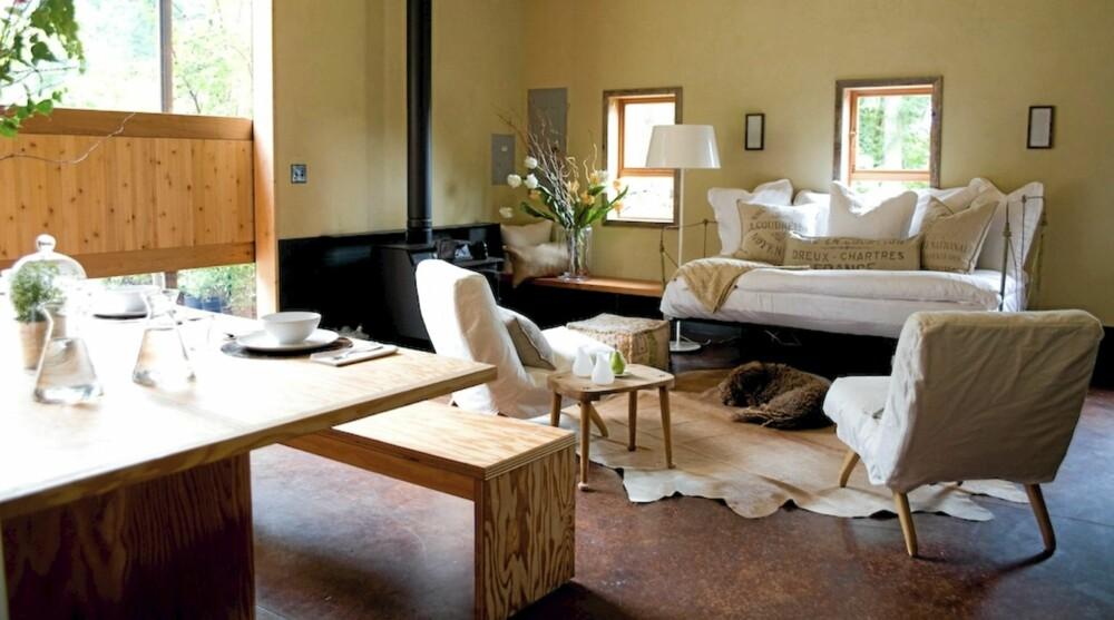TILPASSET BORD: Det store spisebordet med benk i finer har designerne spesialdesignet til låven.