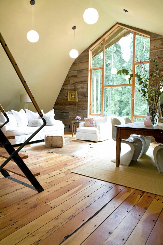KONTRASTER: De rustikke og værbitte veggene gir en tøff kontrast mot det moderne møblementet.