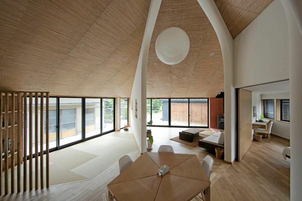 FEMKANTET INTERIØR: Det femkantede spisebordet i sentrum av huset står i stil til husets form og uttrykk.