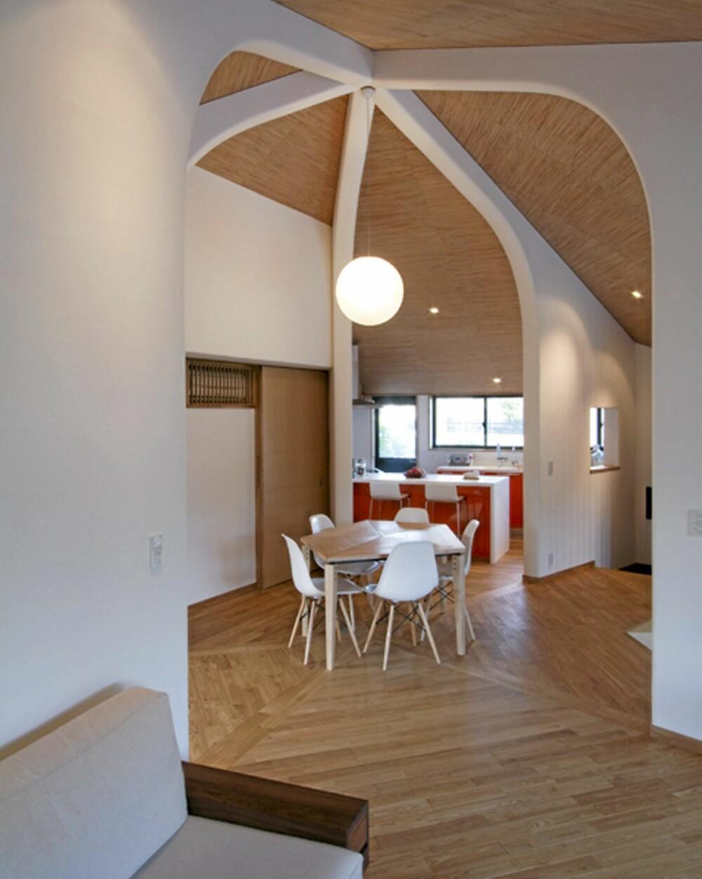 FEM VEGGER: De fem veggene i møtes i midten av huset.