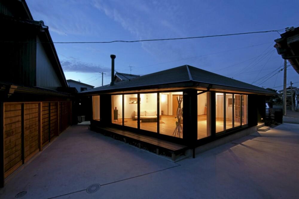 MODERNE: De store vinduene gir huset et moderne uttrykk. Valmtaket harmonerer med det urbane uttrykket i området.