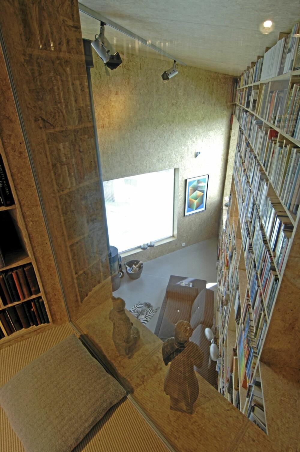 HIMMELSK HØYDE. Det er to fulle etasjehøyder under taket og veggene er kledd med skreddersydde bokhyller.