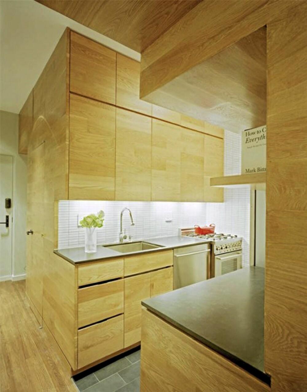 KOMPAKT KJØKKEN: Kjøkkendørenes tre videreføres rundt hjørnet slik at det skapes en illusjon av at enheten er i ett stykke.