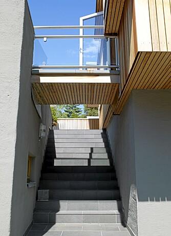OVERGANG: Broen fra terrassen på garasjetaket  til kjøkkeninngangen binder bygningene sammen.