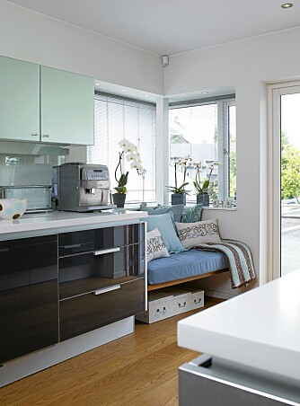 KJØKKENKROK: Den lyse sittekroken på kjøkkenet har  hjørnevinduer med utsikt.