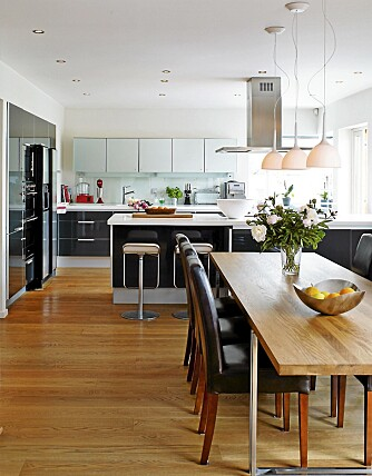 MYK EIK: Møbel og interiørarkitekt Lars Ernst Hole har tegnet spisebordet i eik. Det skaper en myk og varm stemning i rommet.
