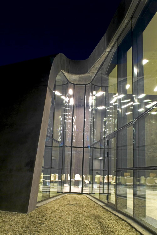 GLASS OG BETONG: Linjene og samspillet mellom materialene gir en svevende form.