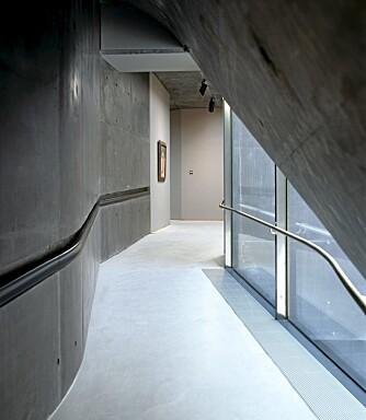MYKE LINJER: Tilbygget har en flytende form i betong.