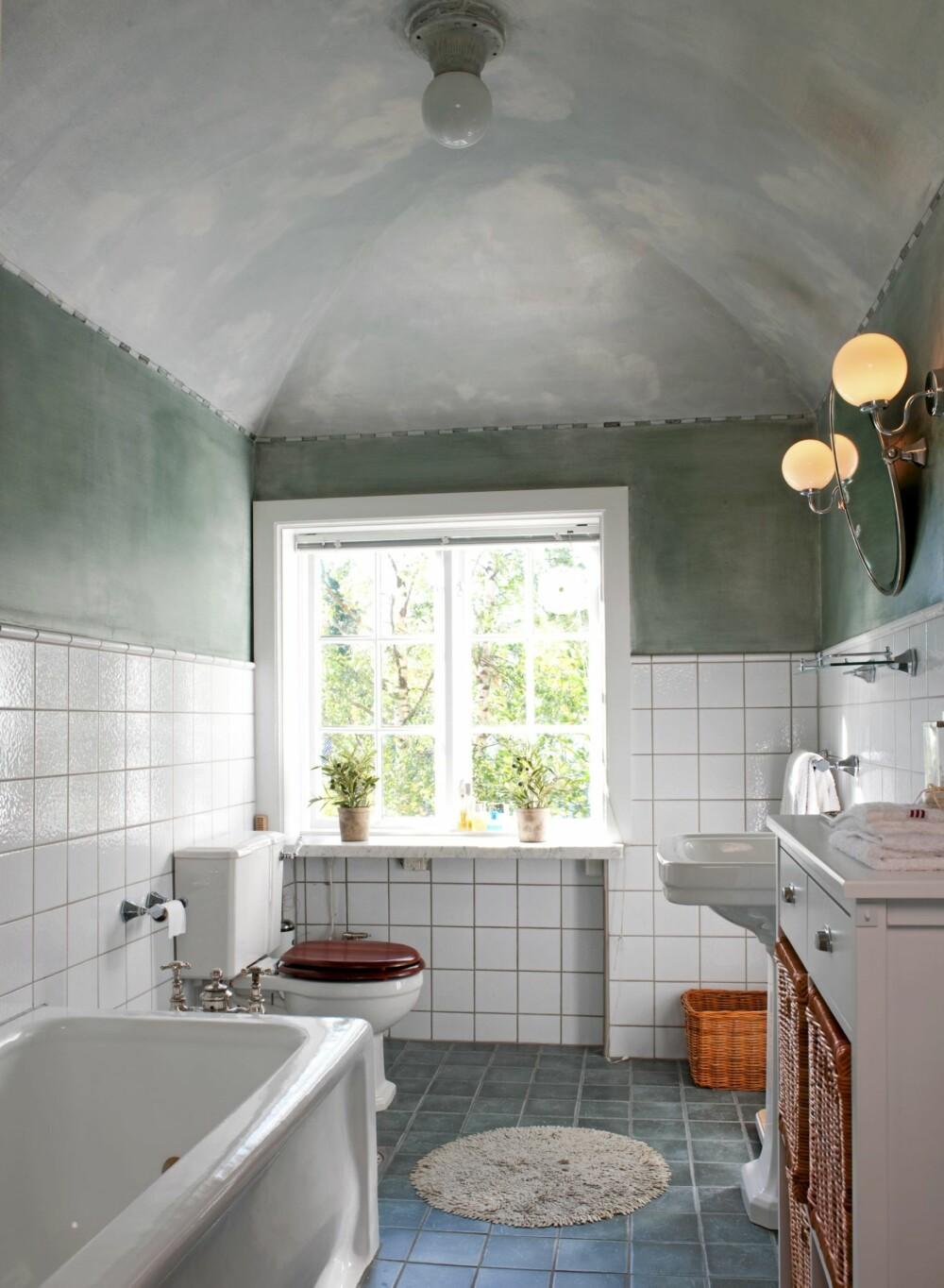 ORIGINALT: I dette badet fra 1917 har tiden stått stille. Badekaret er emaljert på nytt, og fremstår i dag som flunkende nytt.