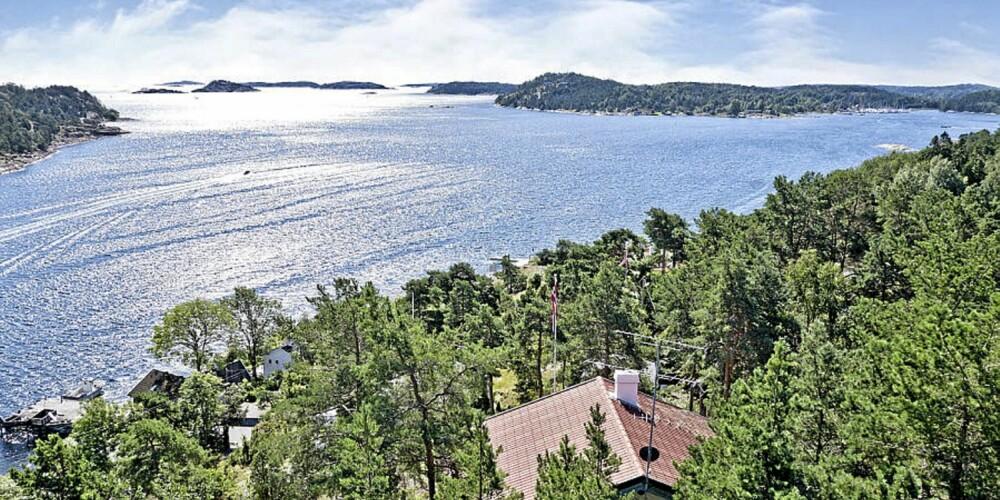 UTSIKT TIL MILLIONER: Bildet viser utsikten på populære Torød og en fritidsbolig som nå ligger ute til salgs. Prisantydning er på 6,5 millioner kroner. Hytta har et primærrom på 108 kvm. Tomt  2 366 kvm.