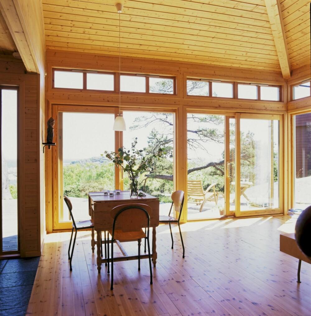 HØYREIST STUE: Arkitekten prioriterte å lage et stort, dominerende stuerom i hytta. Det er lavest i forkant, hvor det måler 2,9 m helt fremme ved fasaden. Innerst i bygningen, ved soverommene er takhøyden 3,5 m. Dette grepet medfører at dette luftige rommet og hele hytta virker større enn den virkelig er. Vindusbånd i to rekker, et over det andre.