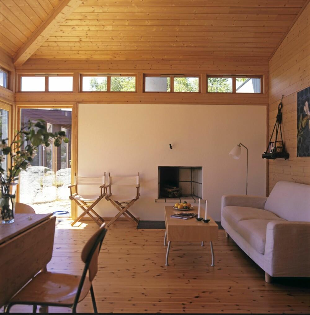 REN VEGG: Wille ville ikke at peisen skulle stikke ut i rommet. Derfor er peisrommet og pipa plassert på utsiden av hytta.