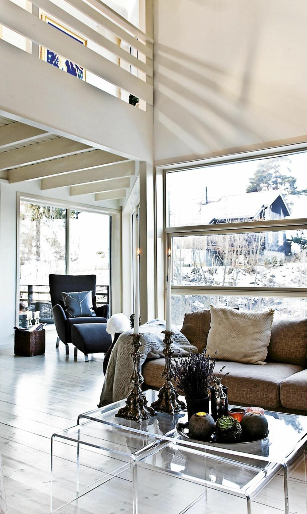 LUFTIG. Store vindusflater og spennende vinkler gir boligen en luftig og åpen atmosfære.
