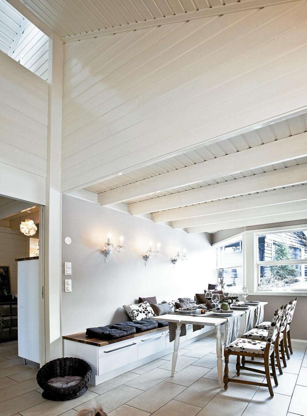 GJENNOMTENKT. Spisebord fra Ikea gir plass til mange rundt bordet. Den lange sittebenken er laget av kjøkkenmoduler som matcher den øvrige kjøkkeninnredningen. Stolene er arvet og trukket om.