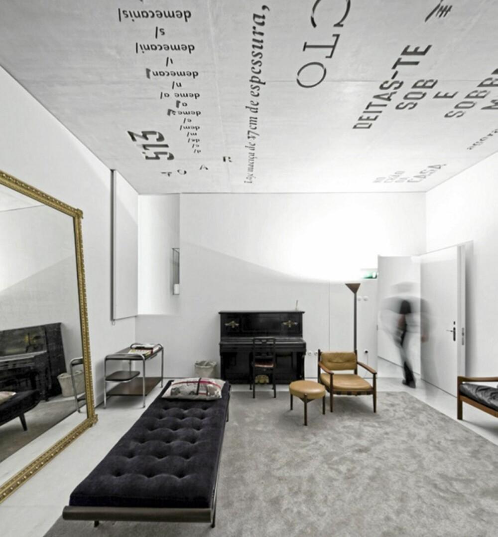 VINTAGE: Rommene er innredet med vintagemøbler som gir en spennende kontrast til den stramme og industrielle arkitekturen i betong.