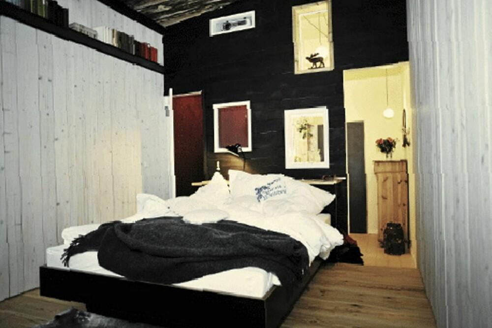"""CHALET: Dette rommet kaller eierne """"The Chalet"""". Rommet har en stor seng og badekar."""
