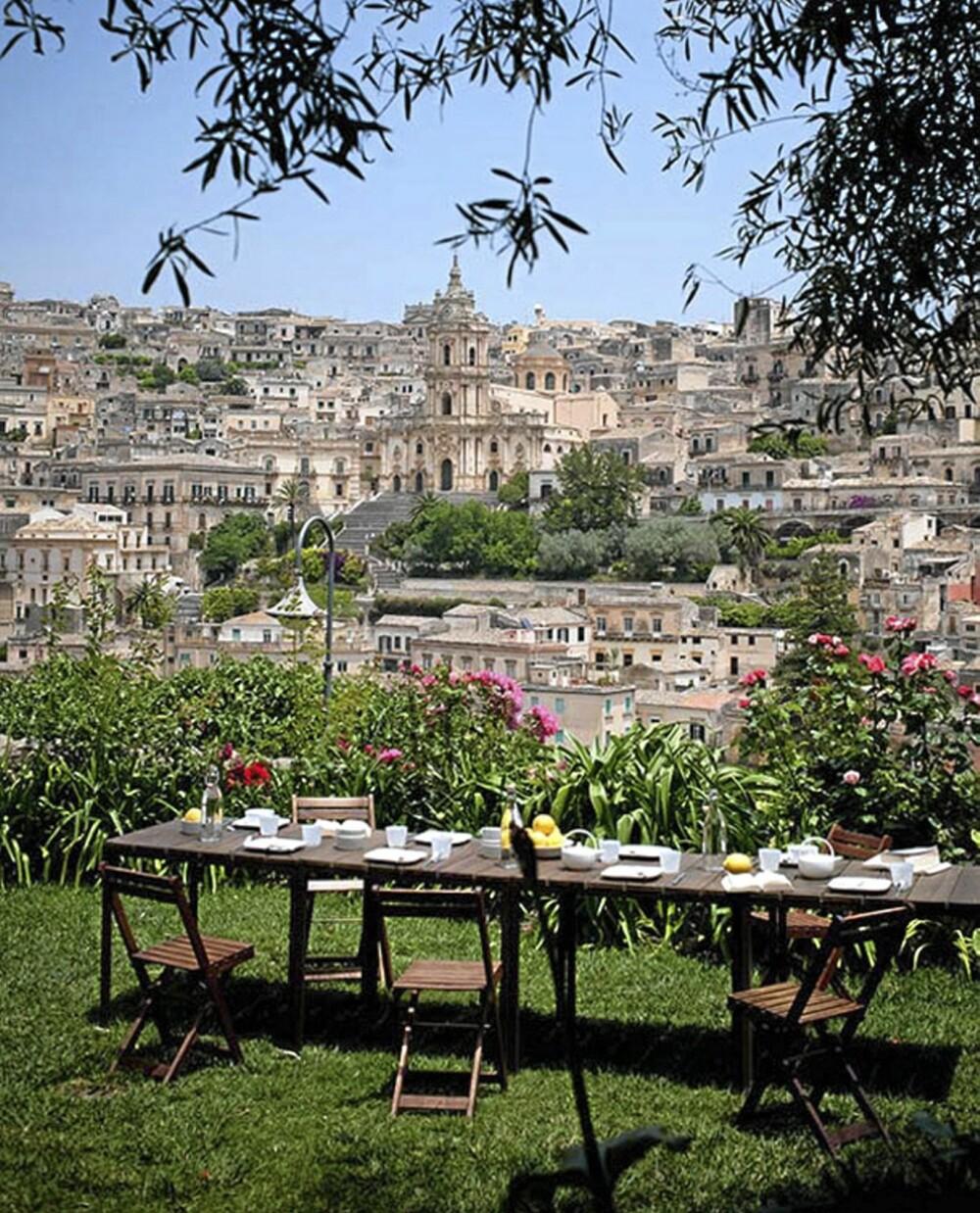 UTSIKT: Casa Talia har en nydelig hage med utsikt over byens gamle og vakre arkitektur.