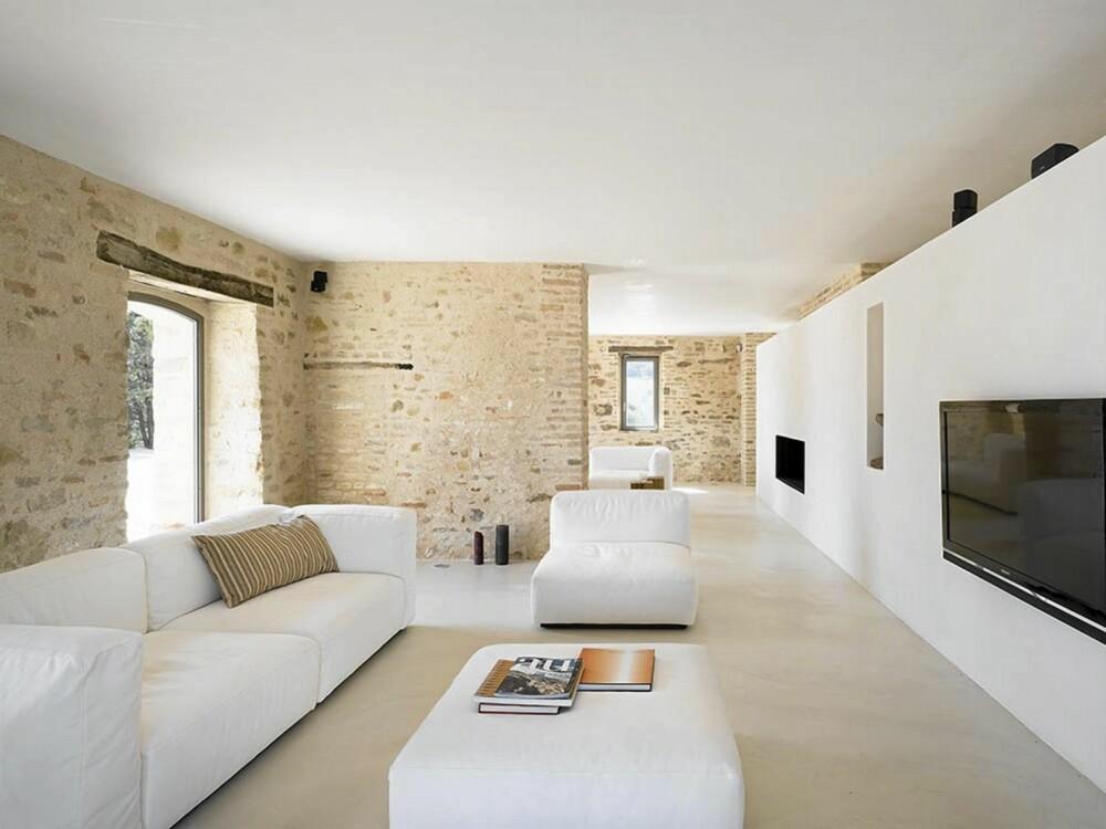 STILRENT: Hvite stilrene møbler og lyse vegger gir interiøret et rent og delikat uttrykk.