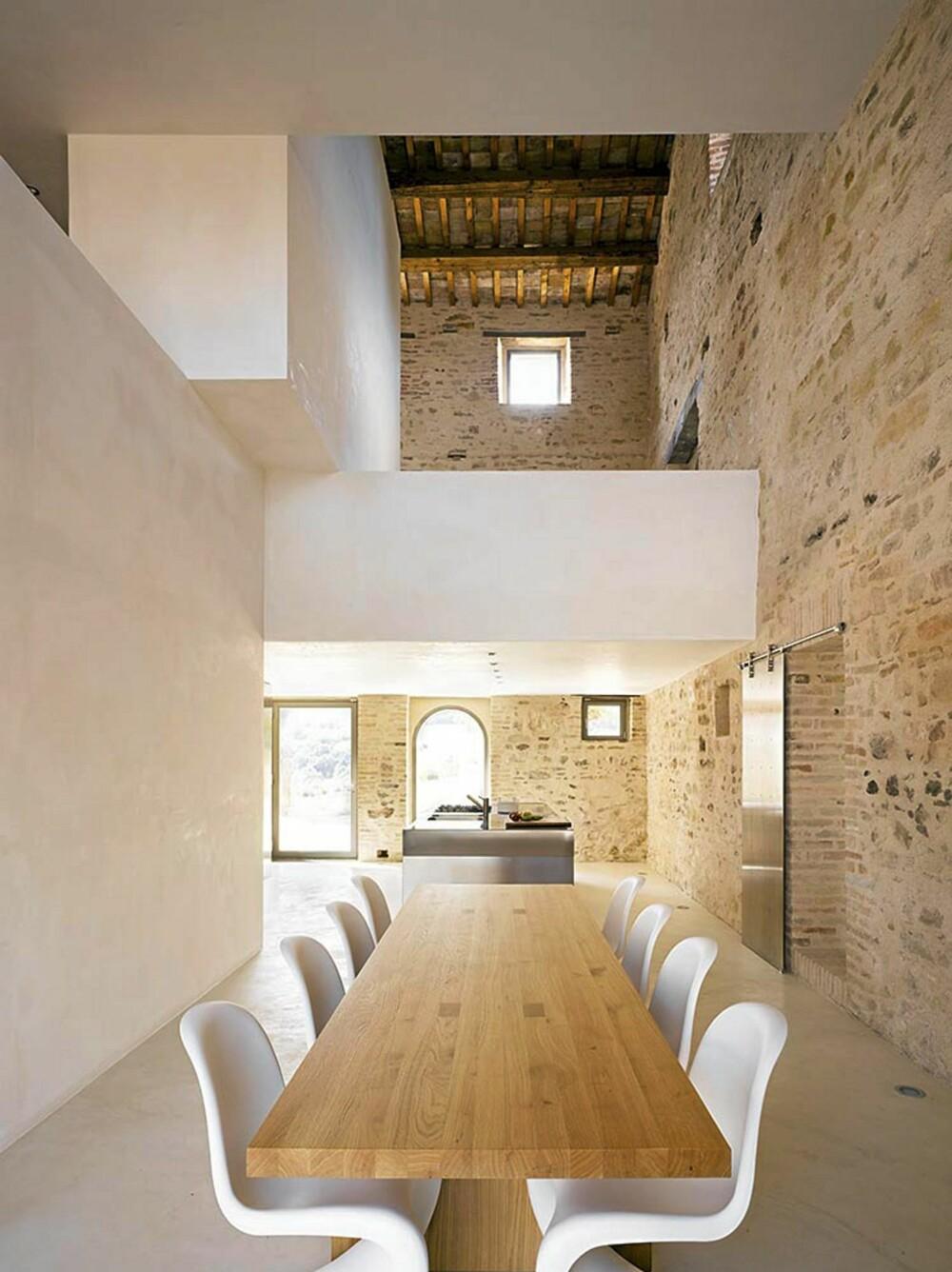MODERNE INTERIØR: Det moderne interiøret står tøff i kontrast til den gamle fasaden.