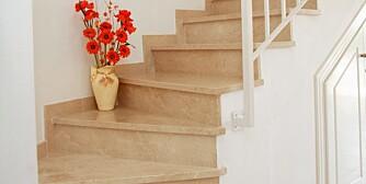 HULROM: En dør inn til rommet under trappa kan skjule lekerom eller lagerplass.