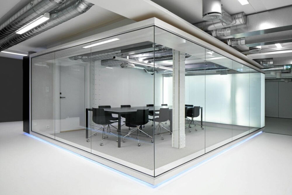 Lyse og mørke kontraster, stål og betong, gir et snev av sci-fi-følelse til dette møterommet.
