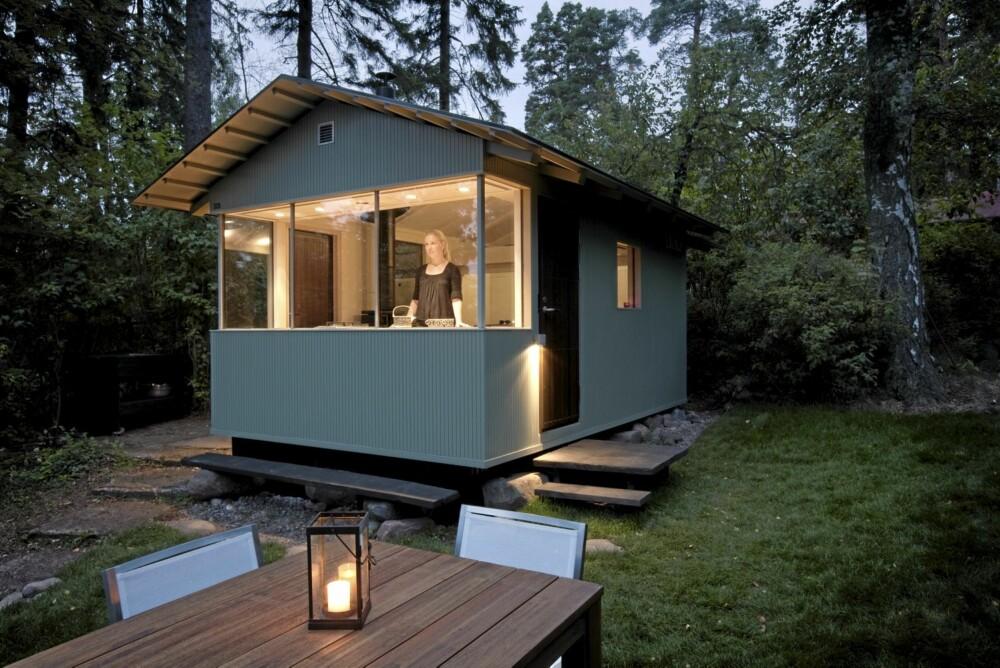 SMEKKER SAK: Fra den lille, kioskaktige hytta er det utsikt over sjøen. Inngang fra siden og rause uteplasser. Design: Verstas Arkitekter.