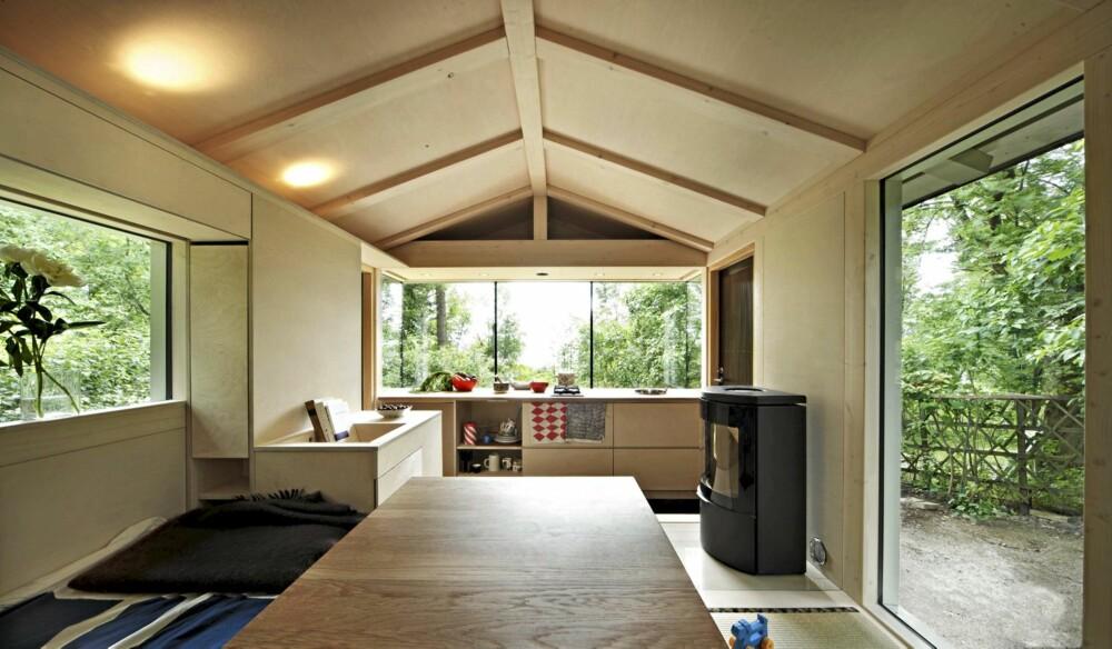 FLEKSIBELT: Kjøkkenet ligger et trinn ned og blir ofte lekeplass for barna. Det store vinduet åpner stuen mot det grønne.