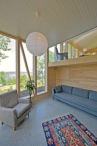 LYST: De store vindusflatene slipper masse lys inn i det moderne huset.