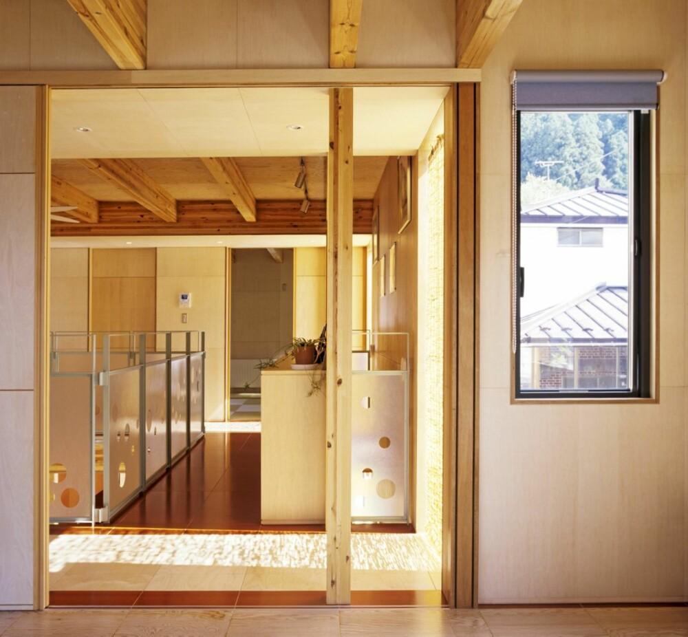 Gjennomsiktig: Her ser vi fra rom a til b, gjennom hovedkroppen av huset.