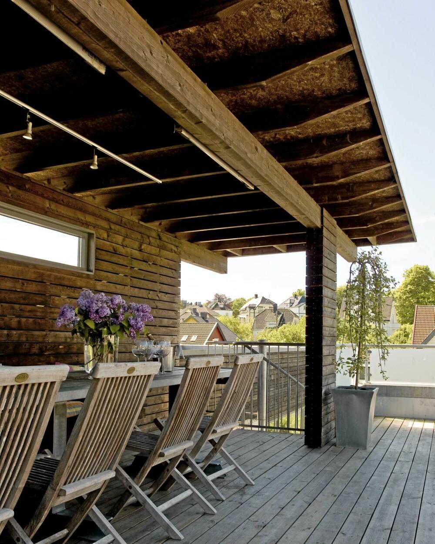 VEDLIKEHOLDSFRITT. Matrialbruken er gjennomført med treverk og stål. Vegger og lerk er kledd med sibirsk lerk, mens gulvet har trykkimpregnert og vedlikeholdsfri terrasseplank.