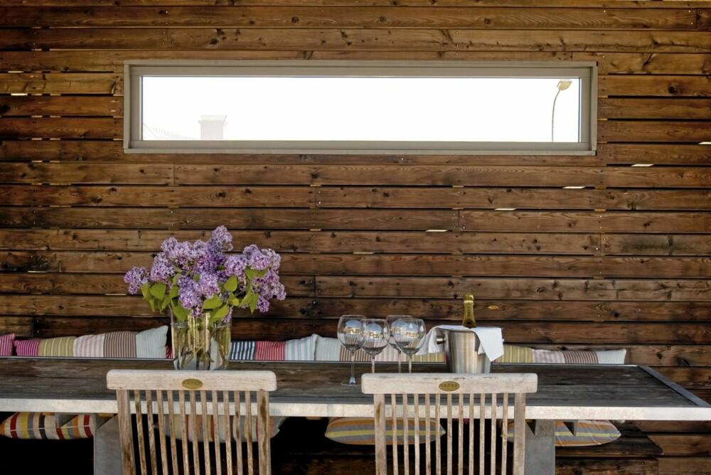 GLUGGE. Vinduet i nordveggen slipper lyset inn. Det smale vinduet hindrer innsyn og gjør spiseplassen til en usjenert krok.