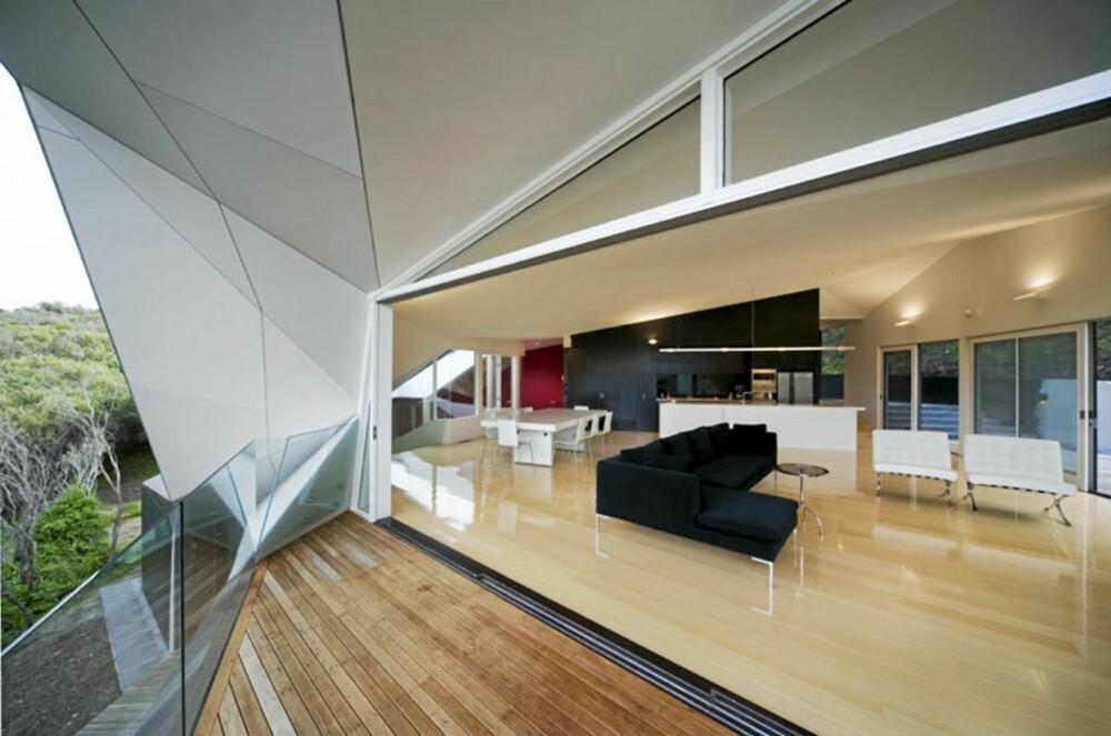 FLATER: Klein Bottle House har store, rene flater inne, som åpnes opp mot naturen med store skyvedører.