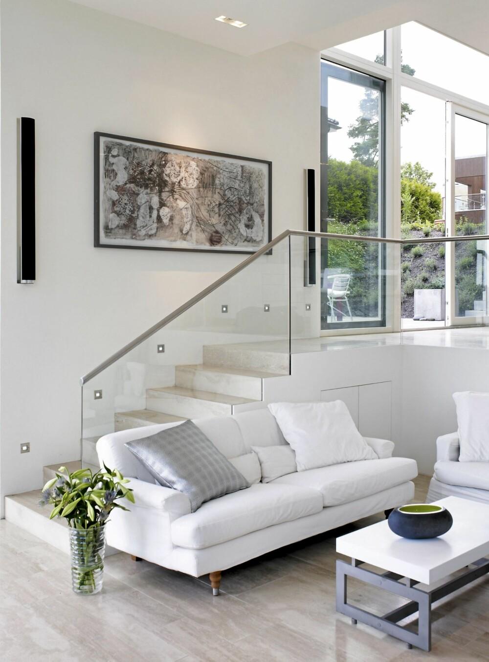 EGEN KUNST: Bruken av store og små glassåpninger gir mye lys og utsikt. Kunstverk av Alison Leggat.