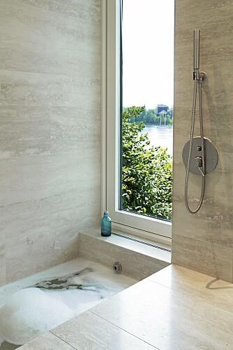 UTSIKT TIL PARADIS: Det nedsenkede badekaret er kledd med Travertin og har eget vindu mot fjorden.