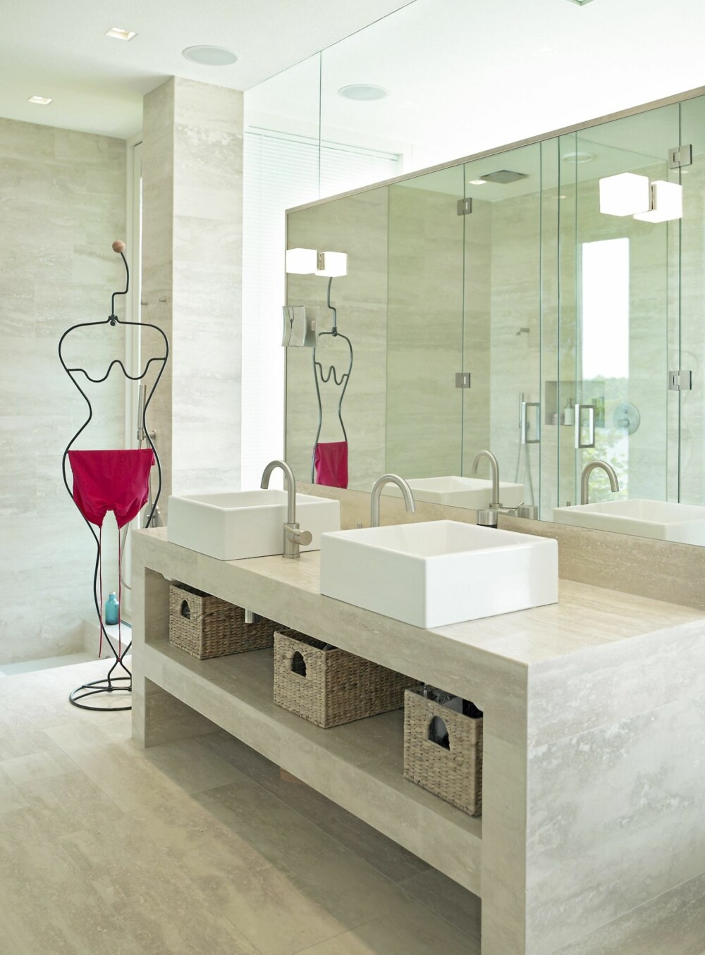 HELHET: I baderommene er både gulv, vegger og vaskebenker kledd med Travertin Romano. Toaletter og vasker er fra Simas Frozen og Ha det på badet /Skøyen. Blandebatteri fra Tapwell og belysning fra Iguzzini.
