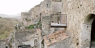 HENGENDE SENG: En av attraksjonene i borgen er den hengende sengen, som henger ut av den tykke veggen.