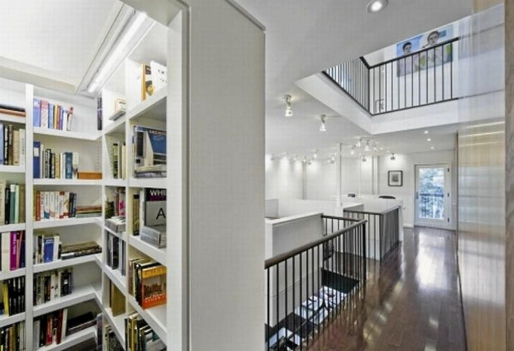 UTSTIKKERE: Her ser man boksamlingen, og hvordan rommet er bygget sammen med galleriet i midtetasjen.