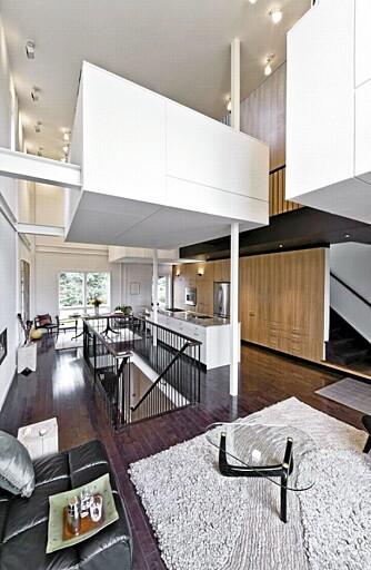 FLYTENDE BOKSER: Oppholdsrommet har en åpen planløsning og det er også åpent opp mot den siste etasjen som strekker seg mot taket. De smarte hvite rommene er åpne, men samtidig private.