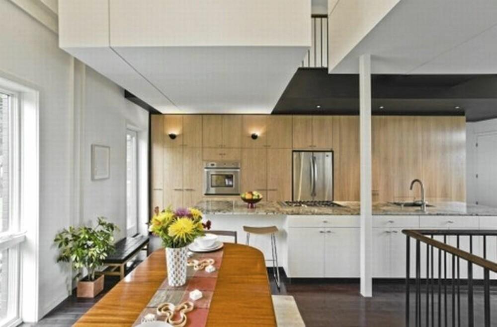 OPPHOLDSROM OG KJØKKEN: Langbordet ved kjøkkenet, rett ved trappen som skjules bake den panelte veggen.